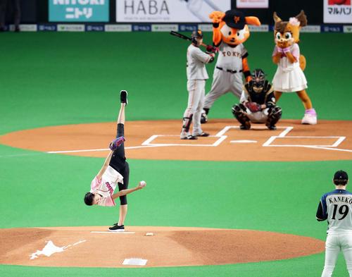 新体操の元選手、野球始球式で梶原一騎の漫画みたいな魔球フォームで投げる