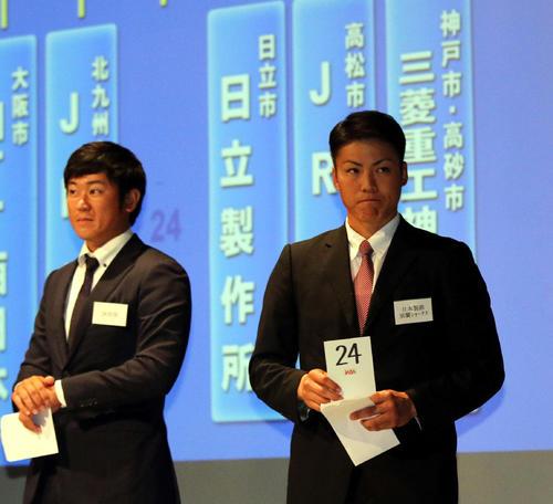 抽選で24番のカードを引き、険しい表情の日本製鉄室蘭シャークス比嘉監督(右)(撮影・永野高輔)