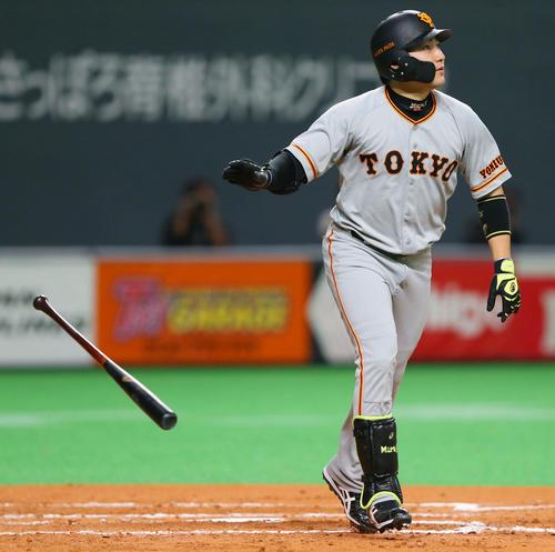 日本ハム対巨人 2回表巨人2死二塁、中越え2点本塁打を放つ丸(撮影・垰建太)