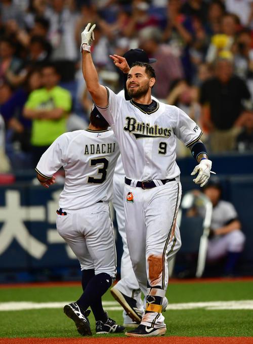 オリックス対阪神 9回裏オリックス1死二、三塁、サヨナラ左犠飛を放ち笑顔をみせるステフェン・ロメロ(撮影・清水貴仁)