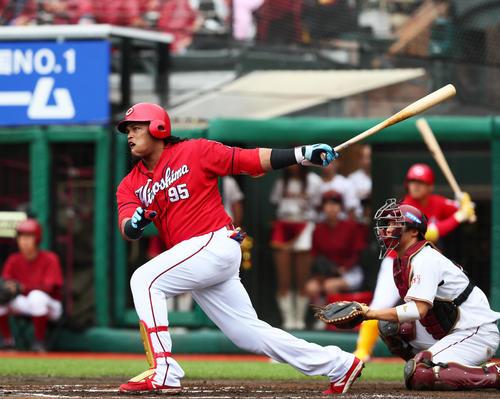 楽天対広島 6回表広島2死三塁、バティスタは左越え適時二塁打を放つ(撮影・足立雅史)