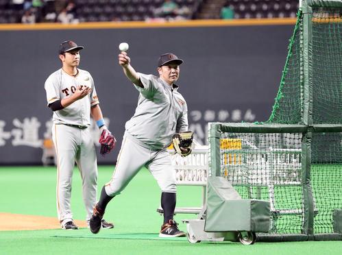 日本ハム対巨人 フリー打撃で打撃投手をする阿部(撮影・浅見桂子)