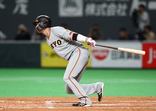 日本ハム対巨人 2回表巨人2死二、三塁、左前2点適時打を放つ坂本勇(撮影・黒川智章)