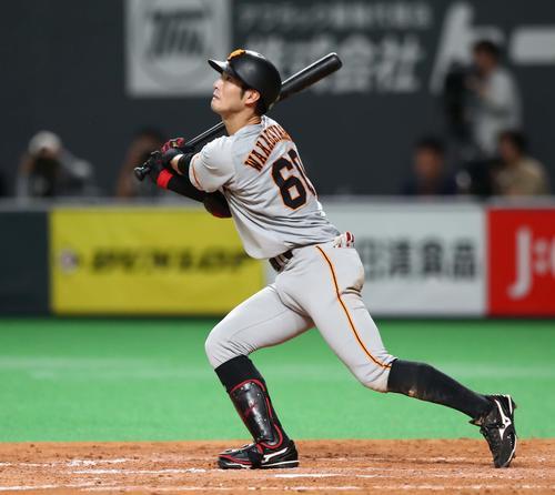 日本ハム対巨人 5回表巨人1死一、三塁、左犠飛を放つ若林(撮影・黒川智章)