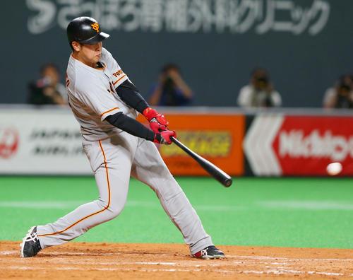 日本ハム対巨人 5回表巨人無死、左中間に二塁打を放つ岡本(撮影・垰建太)