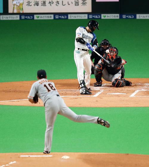 日本ハム対巨人 1回表日本ハム無死、西川は中前打を放つ。投手菅野(撮影・浅見桂子)