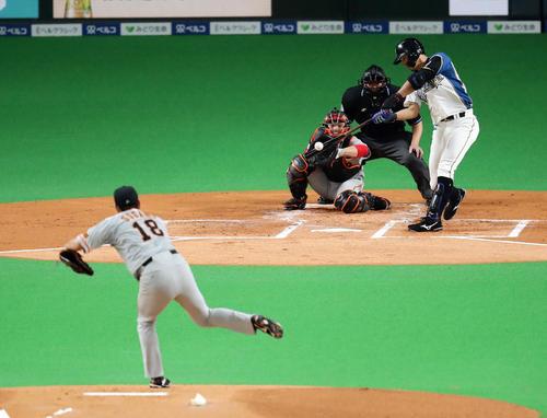日本ハム対巨人 1回表日本ハム無死一塁、大田は先制中前適時二塁打を放つ。投手菅野(撮影・浅見桂子)
