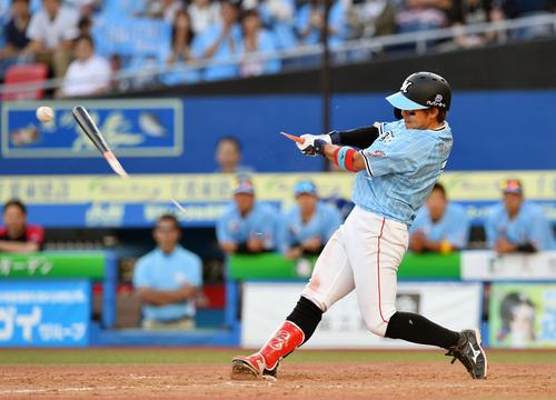 ロッテ対中日 9回裏ロッテ2死満塁、鈴木はバットを折られながら右前にサヨナラ打を放つ(撮影・滝沢徹郎)