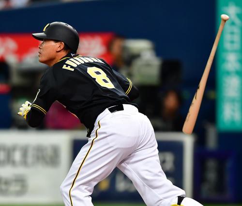 9回表阪神2死一、二塁、中越えのフェンス直撃2点適時二塁打を放つ福留(撮影・清水貴仁)