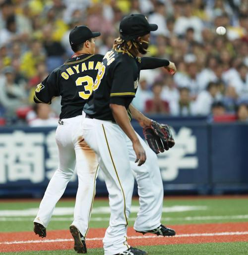オリックス対阪神 10回裏オリックス無死一、二塁、小田のバントを三塁へ送球し、二塁走者の佐野を封殺する大山(左)(撮影・前田充)