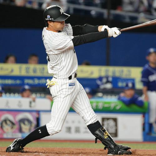7回裏ロッテ1死二塁、適時二塁打を放つ岡(撮影・中島郁夫)