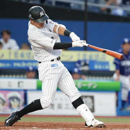2回裏ロッテ無死一塁、先制2点本塁打を放つ中村奨(撮影・中島郁夫)