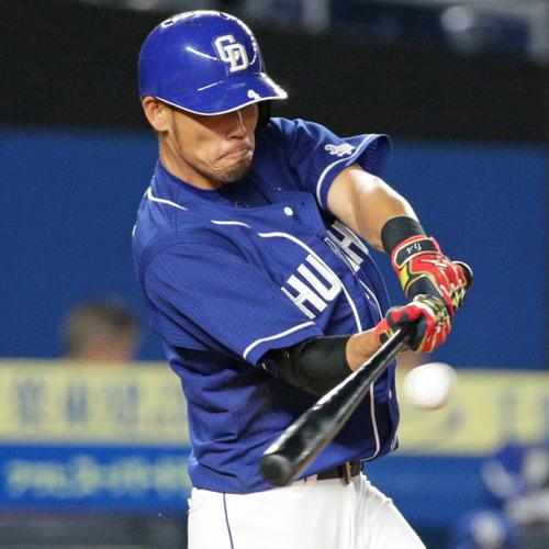 4回表中日2死一塁、適時二塁打を放つ藤井(撮影・中島郁夫)