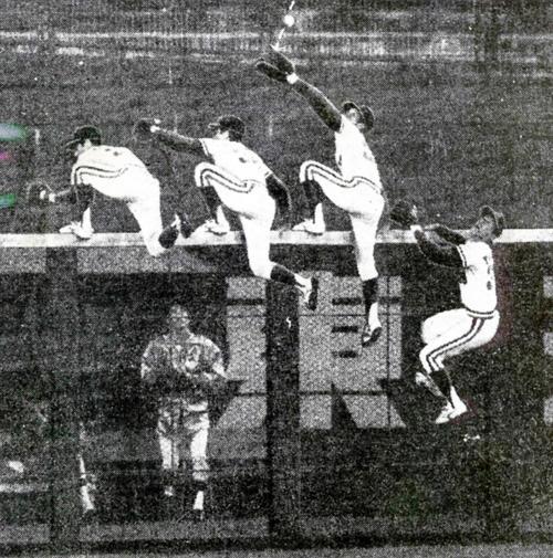 ロッテ弘田澄男の打球をフェンスによじ登りスーパーキャッチを見せた阪急山森雅文(1981年9月16日撮影)
