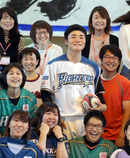 札幌市内にある手稲山口小学校を訪れ、ラグビーボールを持ちながら記念撮影に応じる日本ハム清宮(撮影・佐藤翔太)