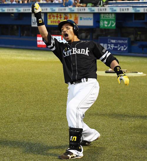 4回表ソフトバンク1死一塁、中越え2点本塁打を放った松田宣は「熱男~」と叫ぶ(撮影・鈴木みどり)