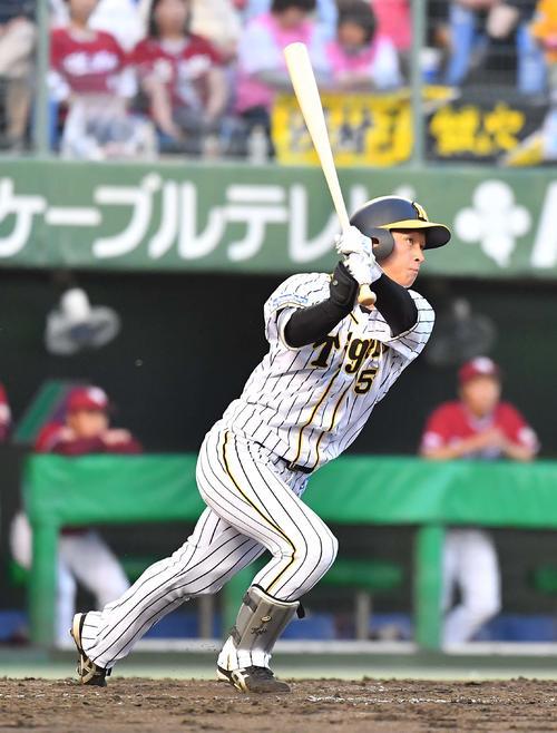 阪神対楽天 3回裏阪神無死、右越えソロ本塁打を放つ近本(撮影・上田博志)