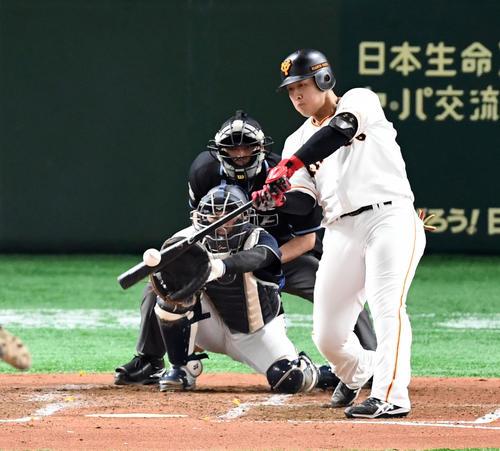 巨人対オリックス 3回裏巨人1死、中越えにソロ本塁打を放つ岡本(撮影・たえ見朱実)