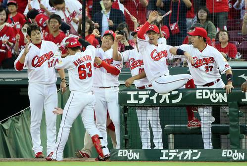 広島対ロッテ 4回裏広島無死、西川は右越えに同点ソロ本塁打を放ちベンチ前でナインの出迎えを受ける(撮影・栗木一考)