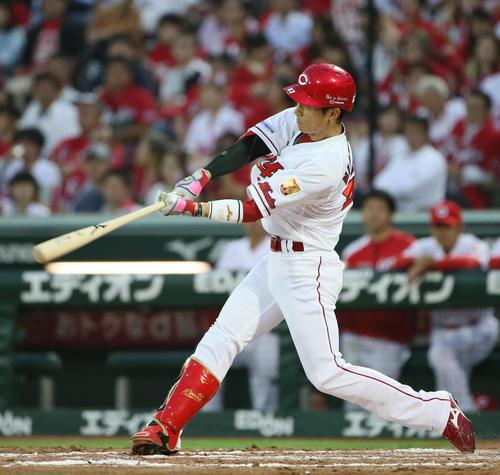 広島対ロッテ 4回裏広島無死、西川龍馬は右越えに同点ソロ本塁打を放つ(撮影・栗木一考)
