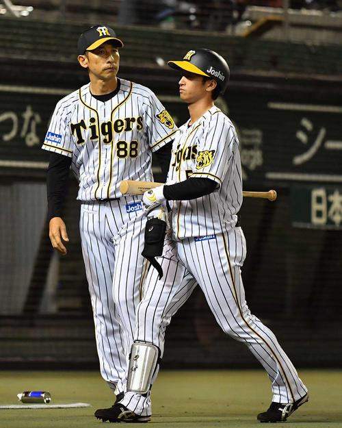 投手交代を告げる矢野監督。右は近本(撮影・上田博志)