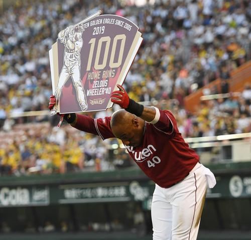 阪神対樂天 4回表樂天1死一塁、通算100号となる左越え2点本塁打のウィーラーは、ボードを手にファンに頭を下げる(撮影・奥田泰也)