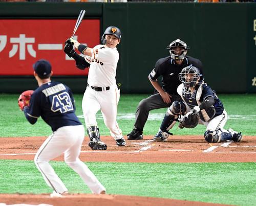 巨人対オリックス 1回裏巨人1死一塁、中越えに2点本塁打を放つ丸。投手山本(撮影・たえ見朱実)