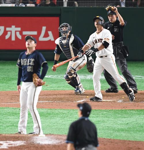 巨人対オリックス 7回裏巨人1死一塁、右越えに今季1号の同点2点本塁打を放つ代打中島宏之。投手榊原(撮影・たえ見朱実)