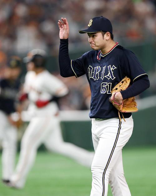 巨人対オリックス 4回裏無死、岡本(後方)に本塁打を打たれる榊原(撮影・狩俣裕三)
