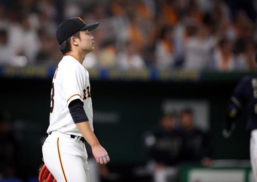 巨人対オリックス 4回表オリックス2死一塁、小田に適時打を打たれる高田(撮影・狩俣裕三)