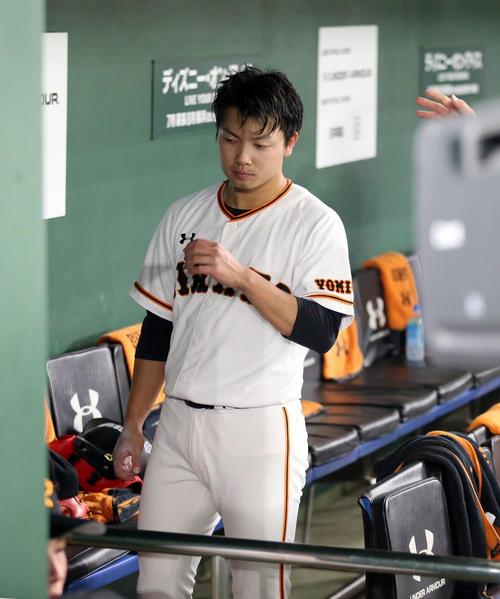 巨人対オリックス 5回表、降板を告げられ、悔しそうな表情を見せる高田(撮影・狩俣裕三)