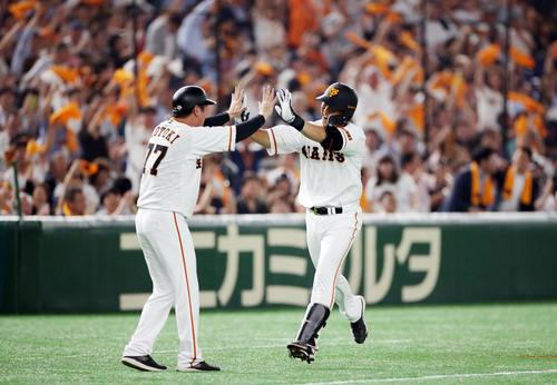 巨人対オリックス 7回裏巨人1死一塁、2点本塁打を放ち、元木コーチ(左)とタッチを交わす中島(撮影・狩俣裕三)