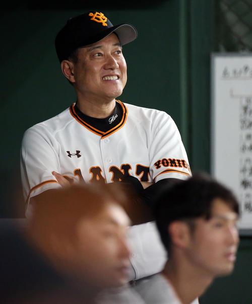 巨人対オリックス 試合前、ベンチで笑顔を見せる原監督(撮影・狩俣裕三)