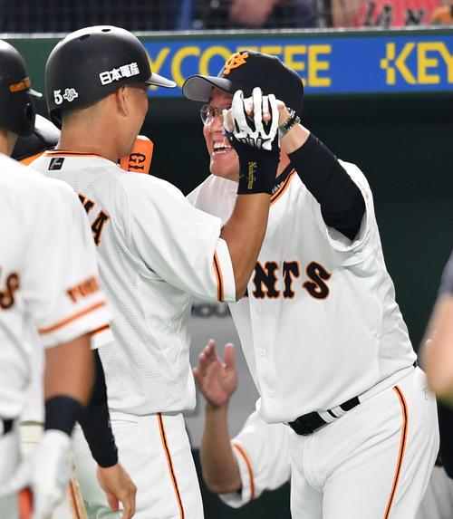 巨人対オリックス 7回裏巨人1死一塁、右中間へ2点本塁打を放った中島(左)を笑顔で迎える原監督(撮影・横山健太)
