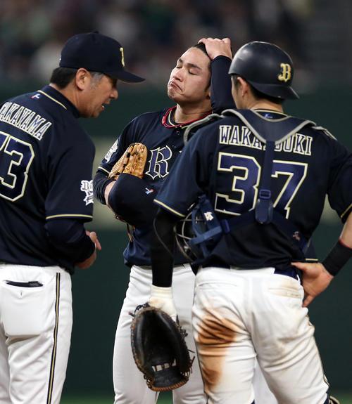 巨人対オリックス 7回裏巨人1死一塁、中島に2点本塁打を浴び、マウンドで涙目の榊原(撮影・狩俣裕三)