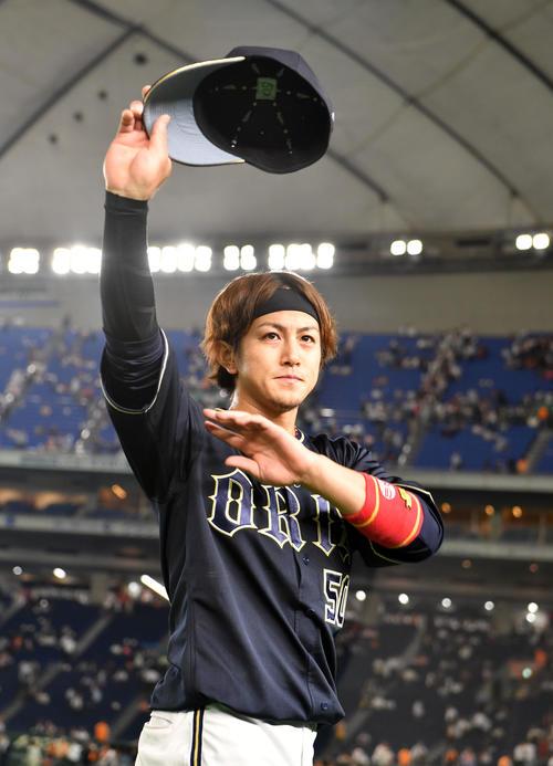 巨人対オリックス 試合を終え、ファンの声援に応えるオリックス小田(撮影・横山健太)