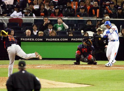 WBC第2ラウンドの日本戦で田中将大からソロ本塁打を放つ李机浩(イ・ボムホ)(2009年3月19日撮影)