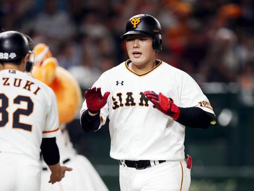 巨人対オリックス 4回裏巨人無死、ソロ本塁打を放つ岡本(撮影・狩俣裕三)