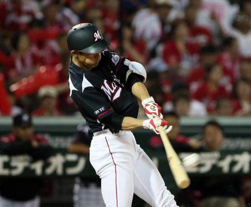 広島対ロッテ 7回表ロッテ1死満塁、荻野貴司は左越えに2点適時二塁打を放つ(撮影・栗木一考)