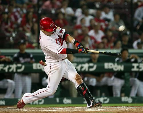 広島対ロッテ 9回裏広島2死満塁、会沢翼は左前にサヨナラ打を放つ(撮影・栗木一考)