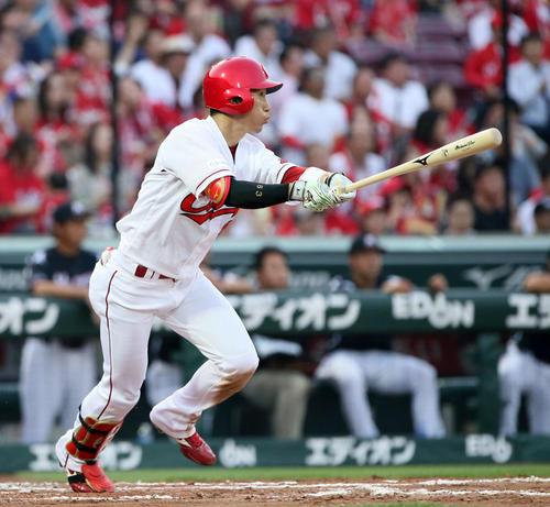 広島対ロッテ 3回裏広島無死一塁、西川龍馬は中越えに2点本塁打を放つ(撮影・栗木一考)
