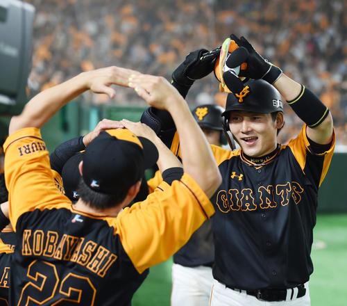 巨人対オリックス 6回裏巨人2死一塁、左越え2点本塁打を放ち笑顔でマルポーズをする丸(撮影・横山健太)