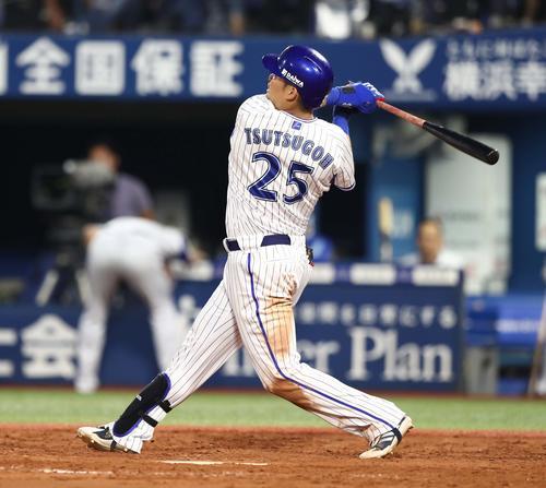 DeNA対日本ハム 3回裏DeNA2死、右越え本塁打を放つ筒香(撮影・黒川智章)