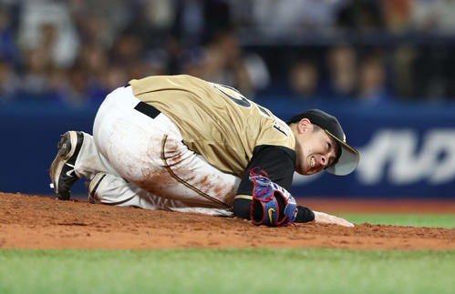 2019年6月18日、ソトの打球を左膝に当て崩れ落ちた上沢
