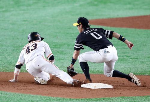 巨人対ソフトバンク 7回裏巨人1死一塁、甲斐の送球をかいくぐり二盗を決める重信(撮影・垰建太)