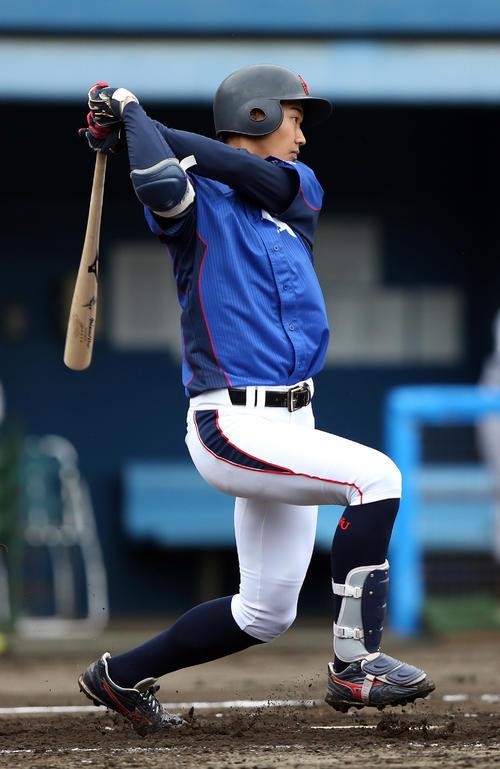 B組対C組 3回表B組1死二塁、中前適時打を放つ神奈川大・梶原(撮影・大野祥一)