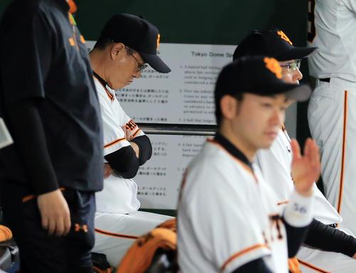 巨人対ソフトバンク 2回表ソフトバンク無死一塁、打者和田に四球を与えた場面で、菅野を降板させ、ベンチでうつむいて考え込む原監督(奥)(撮影・浅見桂子)
