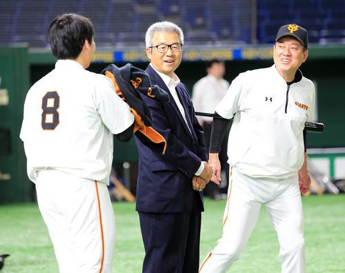 巨人対ソフトバンク 試合前、談笑する、左から丸、達川光男氏、原監督(撮影・浅見桂子)