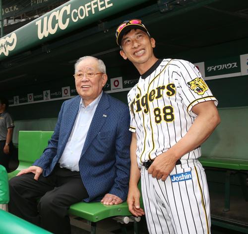 阪神対西武 試合前、野村克也氏(左)と談笑した矢野監督(撮影・上山淳一)