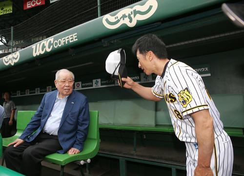 試合前、野村氏(左)が甲子園球場を訪れあいさつする矢野監督(撮影・上山淳一)